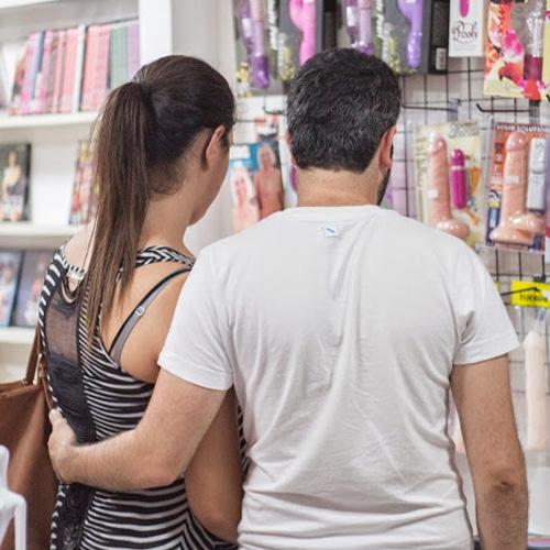 סיור VIP בחנות סקס